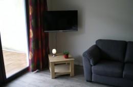 woonkamer-met-TV-met-Nederlandse-zenders-radio-en-CD-speler-260x170